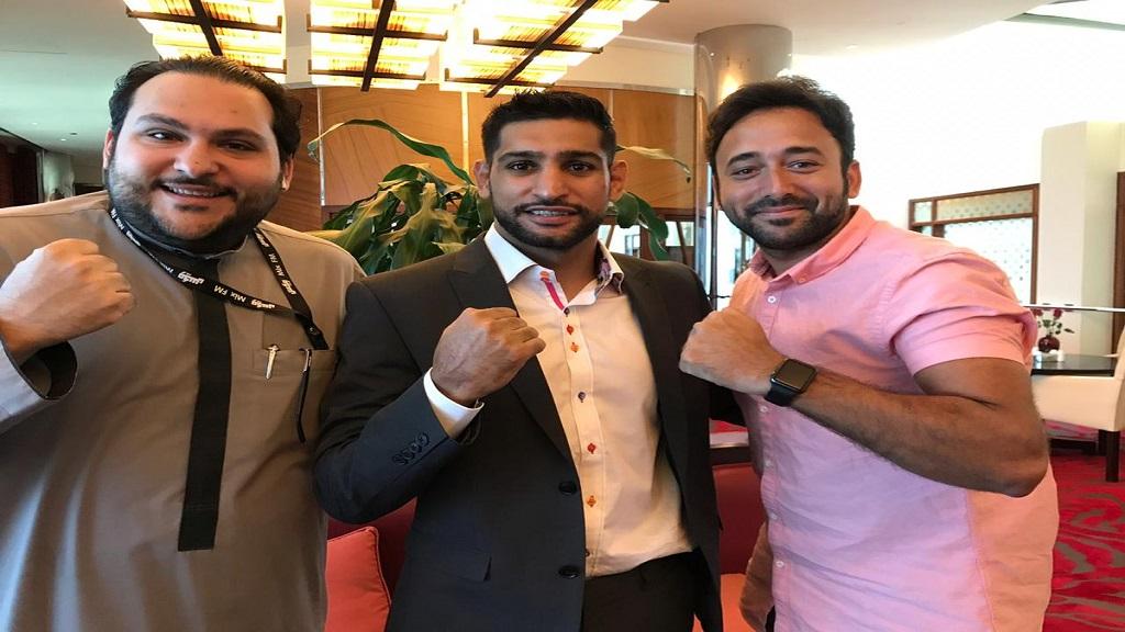 صورة جماعية مع بطل الملاكمة أمير خان